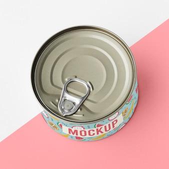 テーブルの上のトップビューのブリキ缶