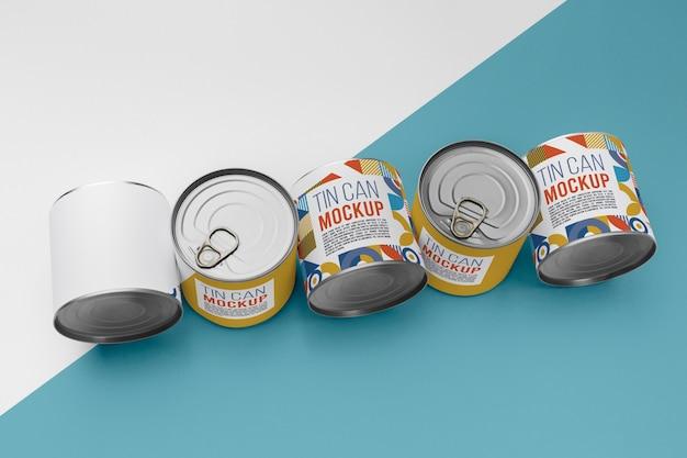テーブルの上に配置された上面図のブリキ缶