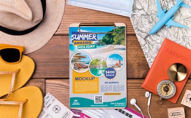 상위 뷰 여행 모형 클립 보드 및 해변 장비