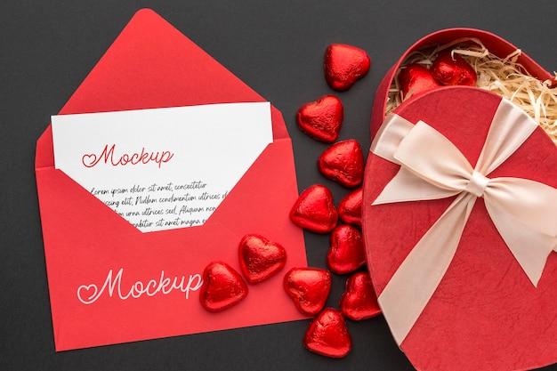 Вид сверху конфеты на день святого валентина с макетом письма