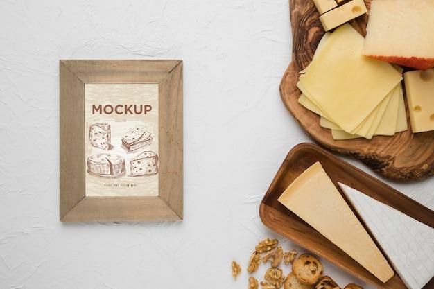 Vista dall'alto di varietà di formaggio con cornice