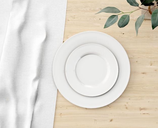 나무 테이블에 상위 뷰 화이트 플레이트
