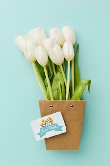Vista dall'alto di tulipani bianchi con carta