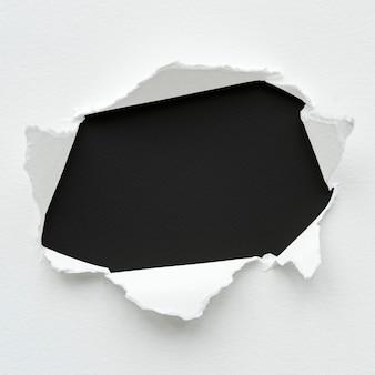 壁に破れた紙のモックアップデザイン