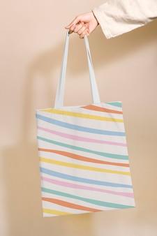 Psd макет большой сумки с рисунком в пастельные полоски