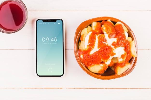 スマートフォンを使った伝統的なスペイン料理のモックアップ
