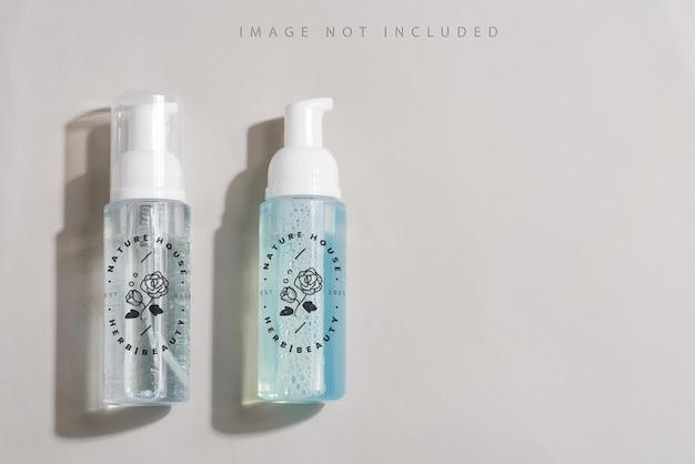 透明なプラスチック化粧品フォームポンプボトルのモックアップ。