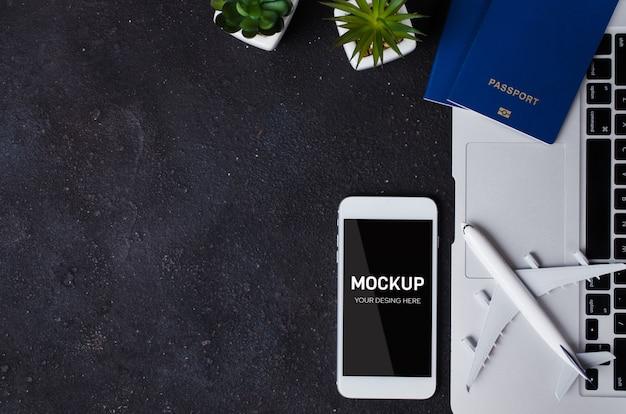 노트북, 여권, 스마트 폰 및 비행기 모델로 여행 예약