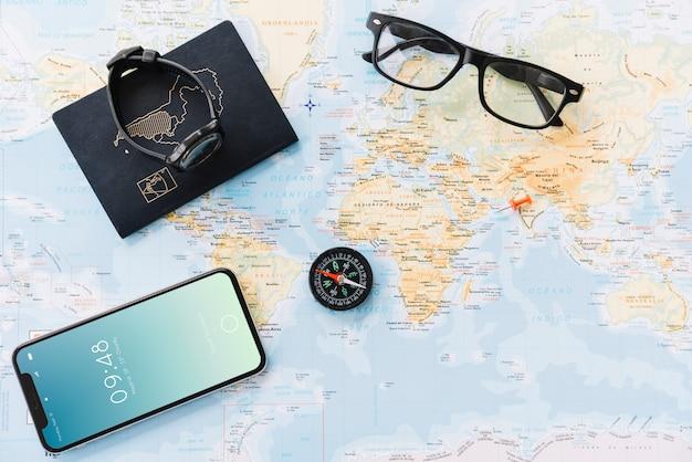 Concetto di viaggio con lo smartphone