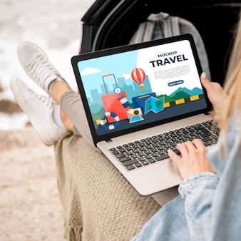 Путешественник держит макет ноутбука