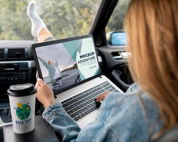 モックアップノートパソコンを持っている旅行者