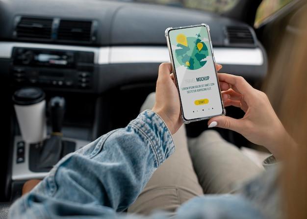 Viaggiatore che tiene uno smartphone mock-up