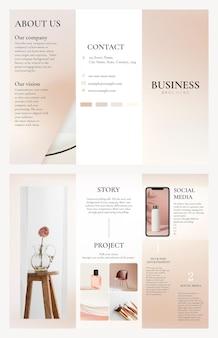 フェミニンなスタイルのデザインの三つ折りビジネスパンフレットテンプレートpsd