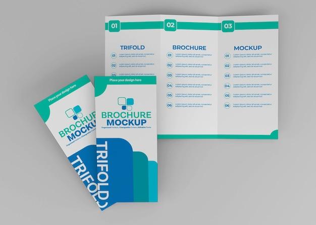 分離された三つ折りパンフレットのモックアップデザイン