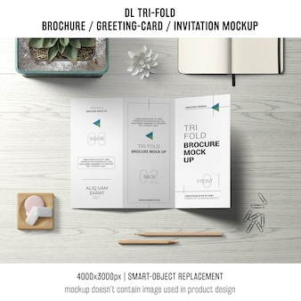 トリフォールドのパンフレットまたはスティルライフコンセプトの招待モックアップ