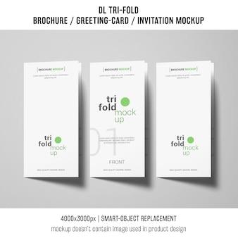 三つ組のパンフレットまたは招待状を相互に隣に並べる