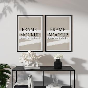 현대적인 인테리어에 두 개의 검은 색 프레임