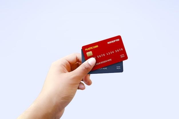 손 모형에 두 개의 다른 플라스틱 카드