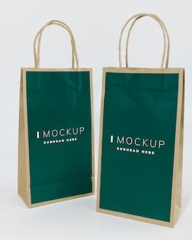 두 개의 녹색 종이 봉지 모형