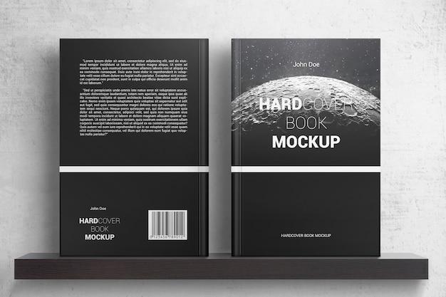 선반 모형에 두 개의 하드 커버 책