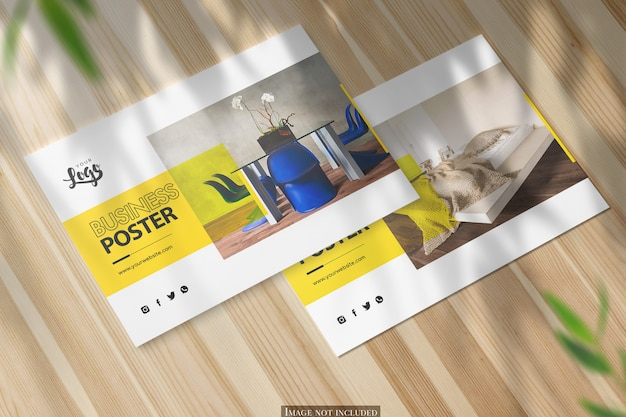 光沢のある木製の机の上の2つの水平a5ポスターモックアップ