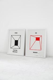 두 개의 포스터 모형