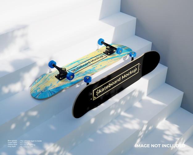 階段の上の2つのスケートボードのモックアップ