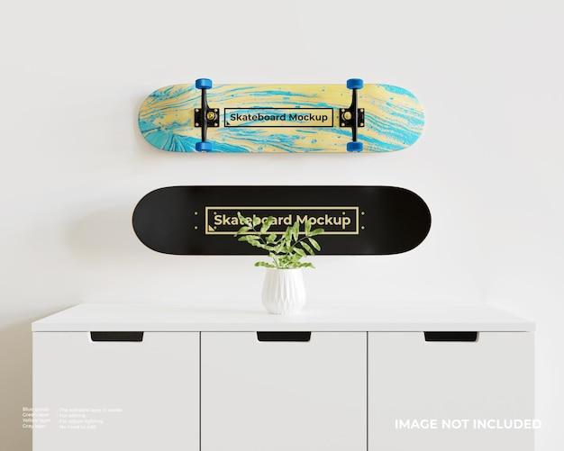 白い食器棚の上に表示されている2つのスケートボードのモックアップ