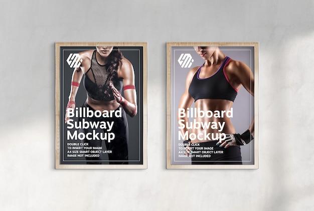 햇볕에 쬐인 벽에 걸려있는 두 개의 수직 광고판 모형