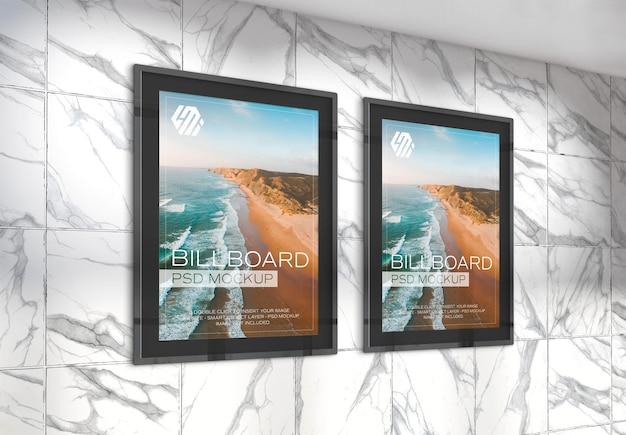 지하철역 목업에 있는 두 개의 수직 광고판