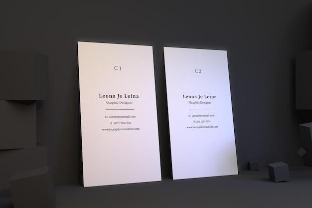 큐브가있는 두 개의 수직 명함 모형
