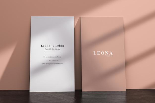 Два вертикальных макета визитки с наложением тени