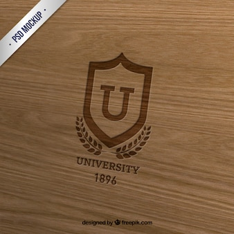 木材上の大学記章 Premium Psd