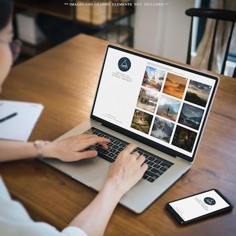 Использование ноутбука и мобильного телефона на рабочем столе макета дизайна веб-сайта
