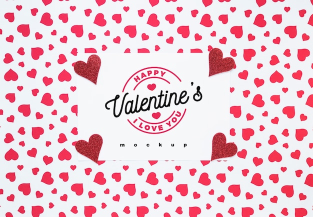 オブジェクトの組成を持つバレンタインカードのモックアップ