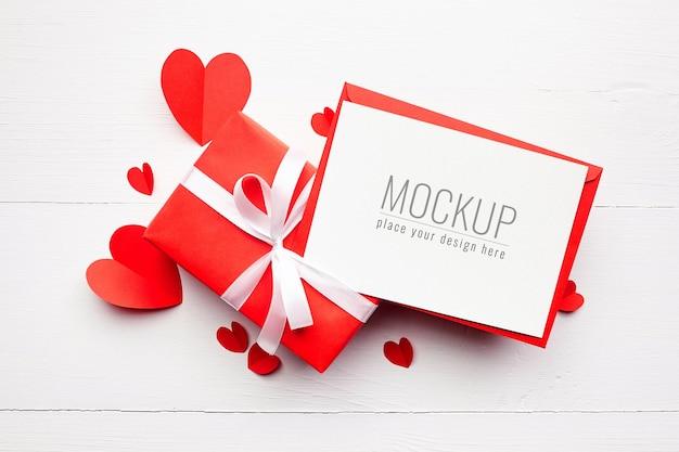 선물 상자와 빨간 종이 마음으로 발렌타인 데이 카드 모형