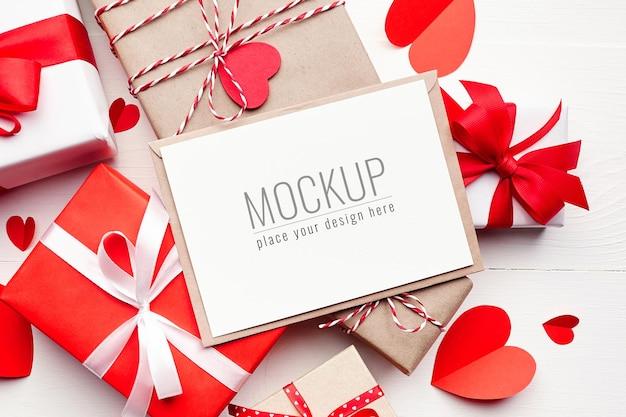 선물 상자와 빨간 종이 하트 발렌타인 데이 카드 모형