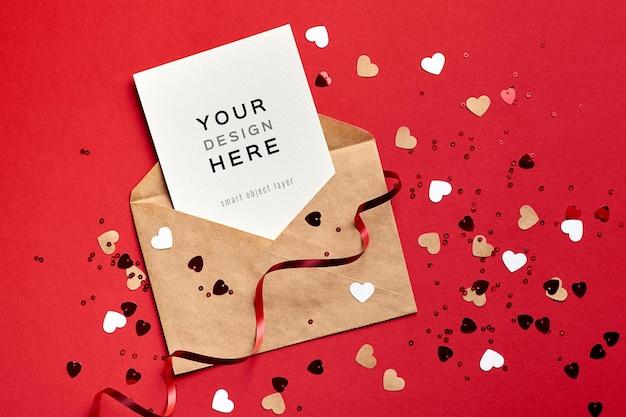 Макет карты дня святого валентина с конвертом и праздничными декоративными сердечками