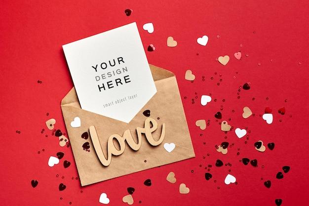 Макет карты дня святого валентина с конвертом и сердечками