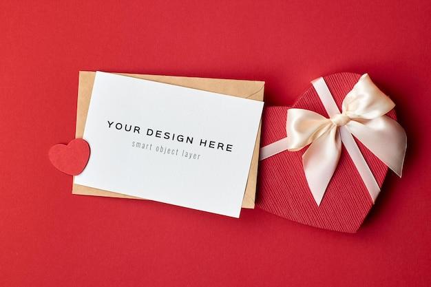 赤の封筒とハートのギフトボックスとバレンタインデーカードのモックアップ