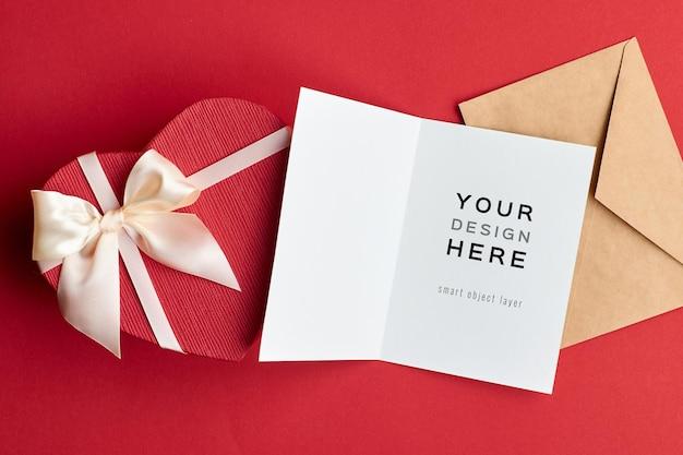 봉투와 하트 선물 상자가있는 발렌타인 데이 카드 모형