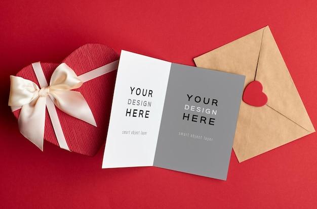 封筒とハートのギフトボックス付きバレンタインデーカードのモックアップ