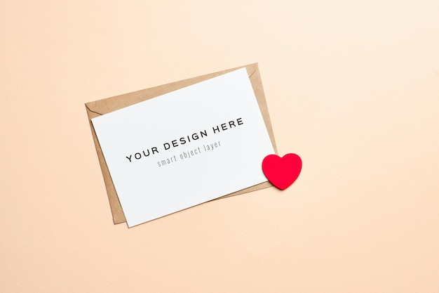 封筒と赤いハートのバレンタインデーカードのモックアップ