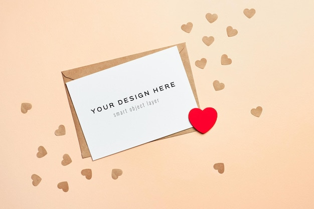 封筒と小さなハートのバレンタインデーカードのモックアップ