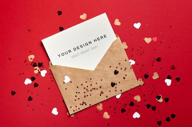 Макет карты дня святого валентина с конвертом и маленькими бумажными сердечками