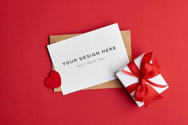 ギフトボックスと赤いハートのバレンタインデーカードのモックアップ