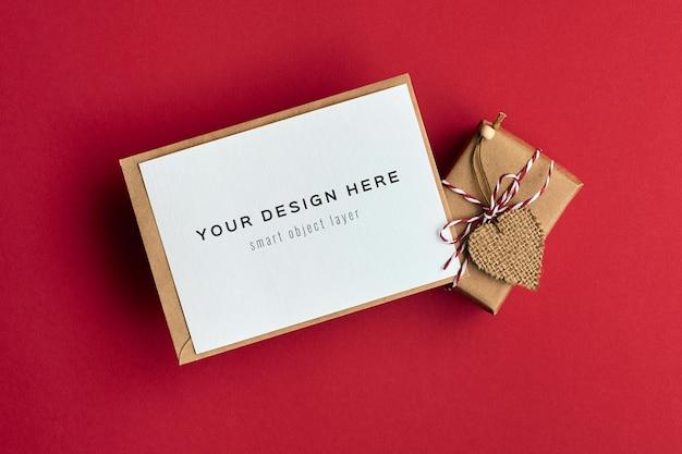 빨간색 하트 장식 선물 상자와 발렌타인 데이 카드 모형