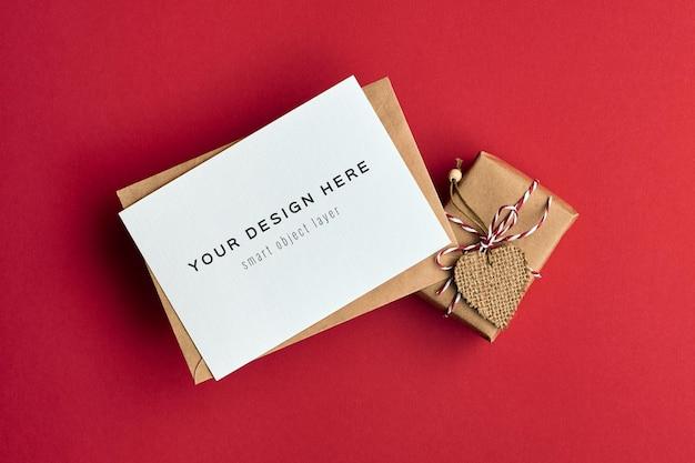하트 장식 선물 상자와 발렌타인 데이 카드 모형
