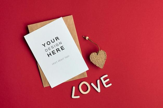 하트 장식과 연애 편지가있는 발렌타인 데이 카드 모형