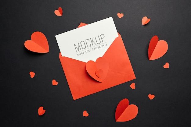 빨간 봉투와 검은 종이에 하트 발렌타인 데이 카드 모형